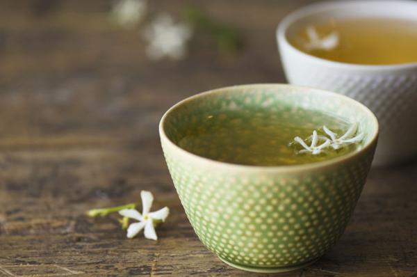 Trà xanh có tác dụng đẩy nhanh quá trình trao đổi chất, tiêu hao năng lượng. Vì vậy, sau khi ăn nhiều chất béo, bạn nên uống một cốc trà xanh để lượng mỡ nhanh chóng giải phóng. Mỡ thừa tích tụ dưới da sẽ tiêu hao dễ dàng hơn, từ đó giúp bạn lấy lại vóc dáng thon gọn, nhẹ nhàng.