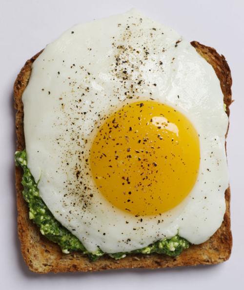 các nhà khoa học của Trung tâm nghiên cứu nội sinh Pennington (Mỹ) cho biết ăn trứng không chỉ giúp giảm lượng hormone ghrelin (một loại hormone khiến chúng ta cảm thấy đói) trong dạ dày, mà còn làm tăng đáng kể một lượng hormone PYY3-36 khiến chúng ta cảm thấy no.