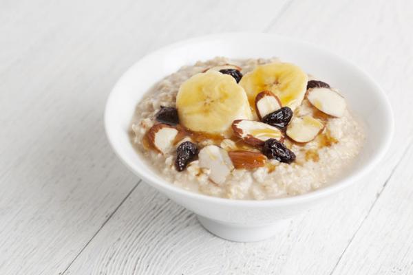 Thực phẩm yến mạch là thực phẩm chứa ít chất béo và nhiều chất xơ được coi là thực phẩm lý tưởng trong việc giảm cân .Khi ăn yến mạch bạn sẽ có cảm giác no nhanh,no lâu và không còn thèm ăn,những vẫn đủ cung cấp đủ năng lượng cho cơ thể.