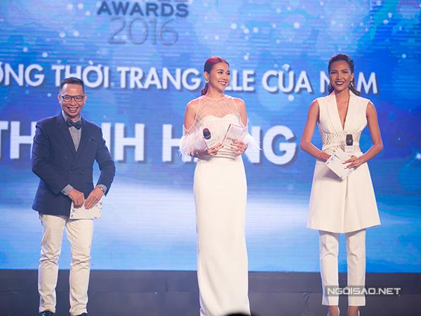 Siêu mẫu Thanh Hằng vinh dự khi nhận được giải thưởng 'Biểu tượng thời trang của năm'.