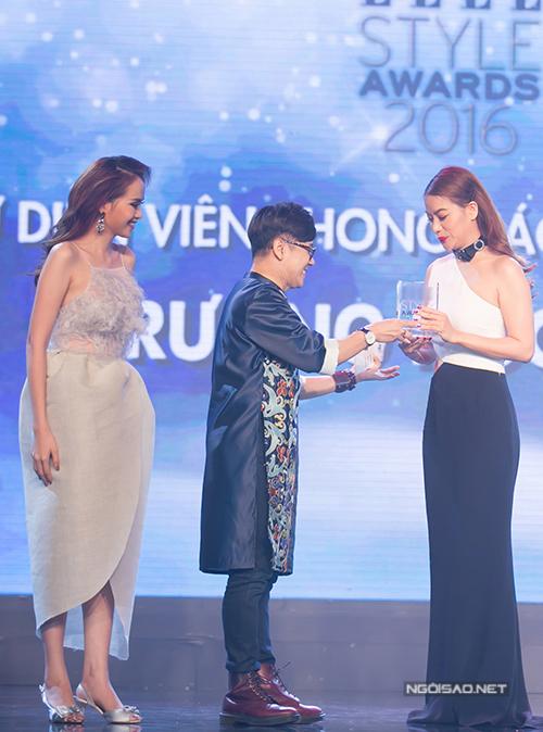 Diễm Hương và Thành Lộc trao giải 'Nữ diễn viên phong cách của năm' cho Trương Ngọc Ánh.
