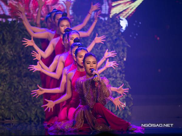 ho-ngoc-ha-om-hon-pham-huong-tham-thiet-13