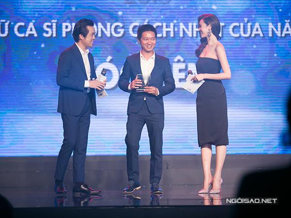 Quản lý của Tóc Tiên lên đại diện nhận thay giải thưởng 'Nữ ca sĩ phong cách nhất năm'.