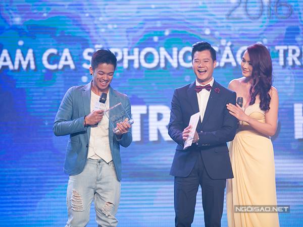 Trọng Hiếu đầy hào hứng với giải thưởng 'Nam ca sĩ phong cách triển vọng của năm'.
