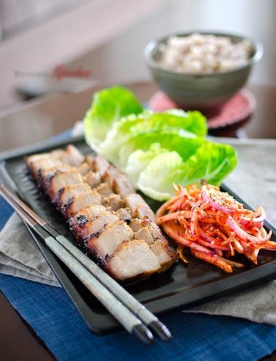 Người Hàn ăn thịt nướng kèm với rau sống và kim chi hành tây muối xổi để giảm cảm giác ngấy.