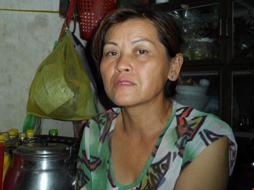 Bà Phụng đã không còn nước mắt để khóc. Ảnh: Nguyễn Trà.