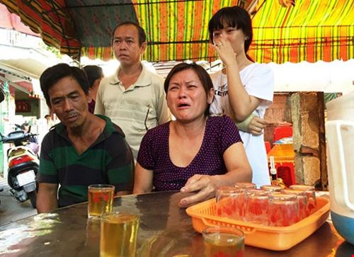Bà Phụng, mẹ anh An không cầm được nước mắt cho biết anh An hiền lành, chăm lo cho gia đình và sắp cưới vợ vào tháng 10 tới. Ảnh: Nguyễn Tân.