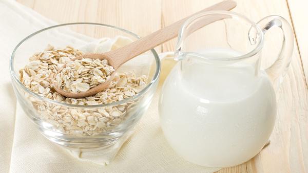 Tẩy tế bào chết Bạn trộn 1 chén muối tinh, 1 thìa cafe dầu dừa và 1 thìa cafe sữa tươi. Dùng tay xoa nhẹ nhàng hỗn hợp này lên da trong vòng 5 phút rồi tráng lại bằng nước ấm. Tiếp tục thoa sữa tươi lên vùng da vừa tẩy để xoa dịu làn da và đạt hiệu quả tối ưu nhất.