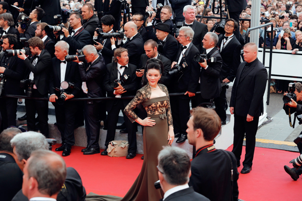 ly-nha-ky-long-lay-tren-tham-do-cannes-9