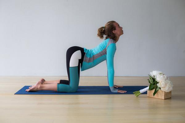 bai-tap-yoga-xoa-tan-cang-thang-cho-co-dau-1
