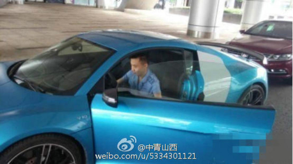 According to NetEase, the driver sees himself as just another ordinary citizen, simply one who drives a yellow Lamborghini Gallardo or a blue Audi R8 to work, rather than take the bus.