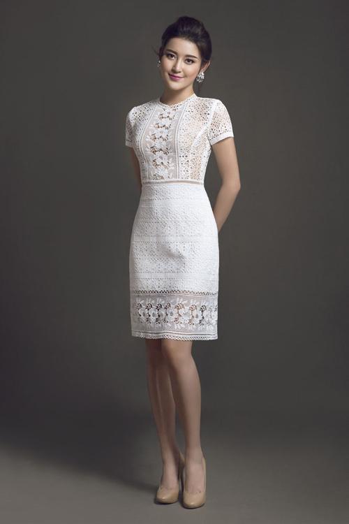 Tạo hình hoa ren sắc nét trên các mẫu váy không chỉ mang đến yếu tố mới mẻ và còn giúp phái đẹp tăng phần nữ tính.
