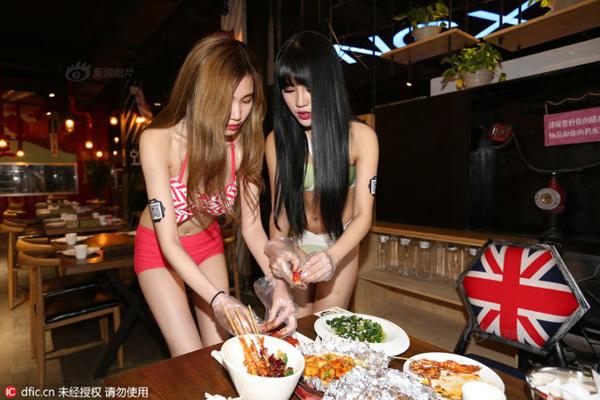 Để thu hút thực khách và tạo ra phong cách phục vụ mới mẻ, một nhà hàng ở thành phố Thẩm Dương, tỉnh Liêu Ninh, đã mạnh dạn chi một dàn mỹ nữ trẻ làm phục vụ.