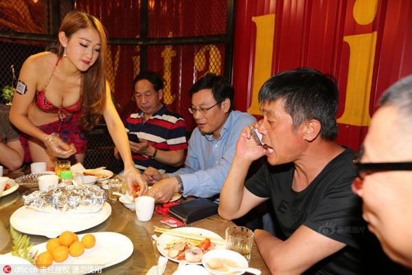 Ngoài làm nhiệm vụ bưng bê, các cô gái còn sẵn sàng bóc tôm cho khách. Khách tới nhà hàng chủ yếu là đàn ông.