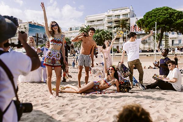 Buổi chụp ảnh được thực hiện ngay trên bờ biển xinh đẹp của Cannes và mọi người kết hợp cùng nhau rất ăn ý.