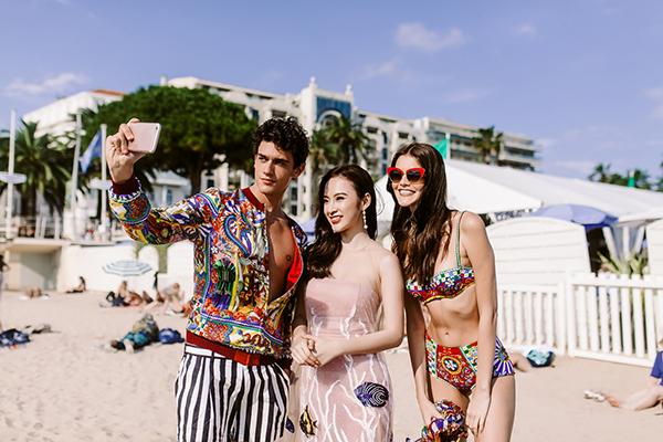 ác người mẫu của Dolce&Gabbana tỏ ra rất hào hứng. Họ hỏi cô về công việc và dành tặng nhiều lời khen về phụ nữ và đất nước Việt Nam. Phương Trinh và nhóm người mẫu không quên chụp ảnh