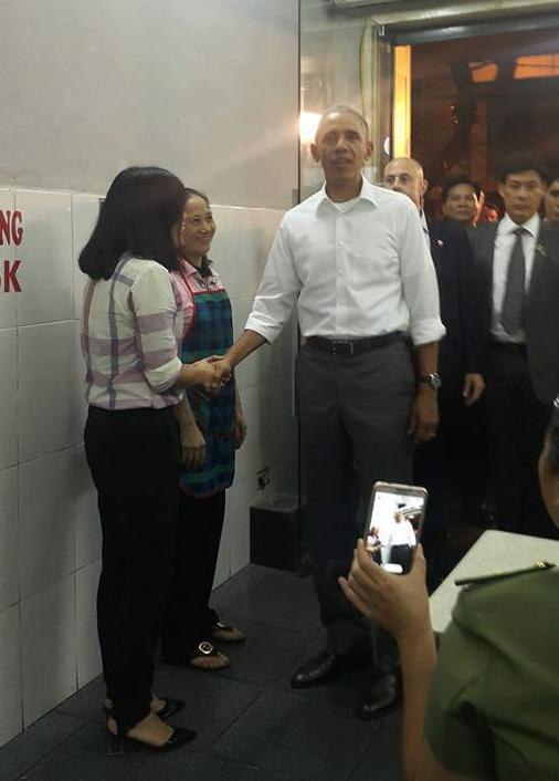 Khi thấy Tổng thống Mỹ bước vào trong quán, nhiều người nhanh tay cầm điện thoại chụp hình. Ông Obama tươi cười bắt tay người trong quán, chào hỏi bà chủ rồi lên tầng 2 để ăn tối.