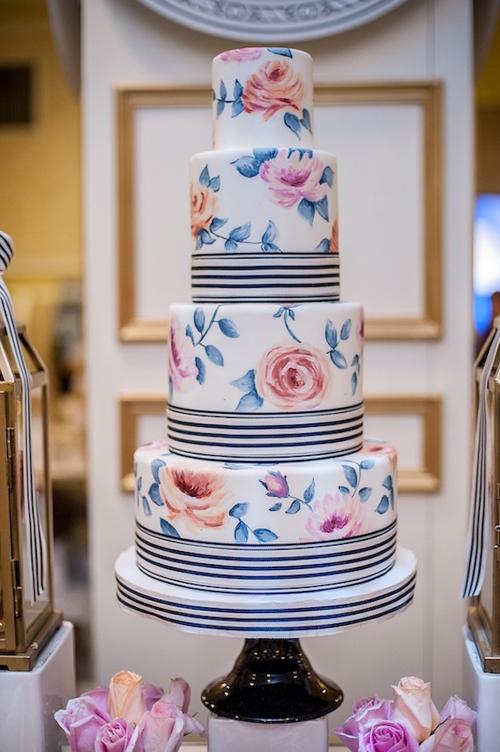 [Caption]Những bông hoa mềm mại, xinh xắn là chi tiết trang trí khiến chiếc bánh trở nên lộng lẫy, nổi bật.