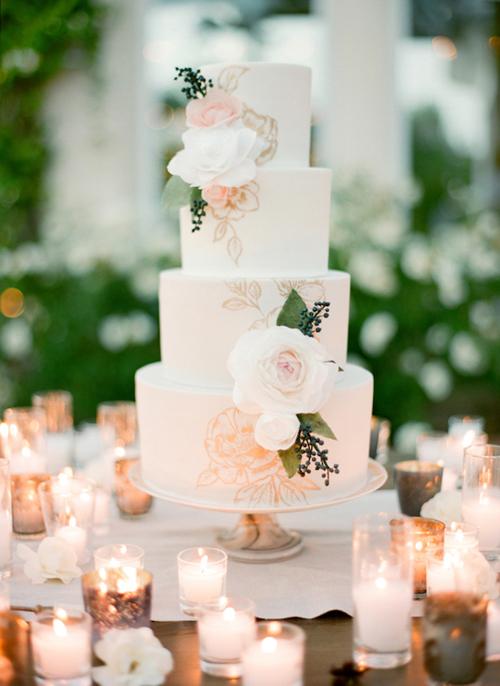 [Caption]Những mẫu bánh cưới được lấy cảm hứng từ cánh hoa hồng và không khí thiên nhiên mát mẻ, lãng mạn là điểm nhấn nhẹ nhàng cho tiệc cưới.