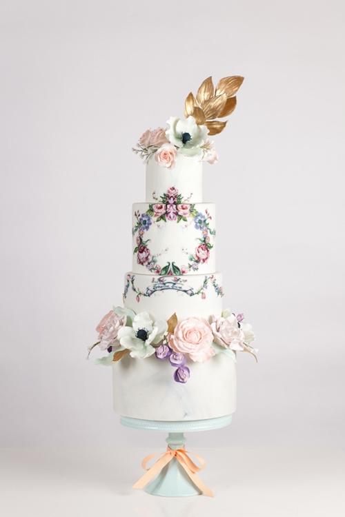 [Caption]Bánh được trang trí với cành lá mềm mại là ý tưởng hay và phù hợp với đám cưới rustic, gần gũi thiên nhiên.