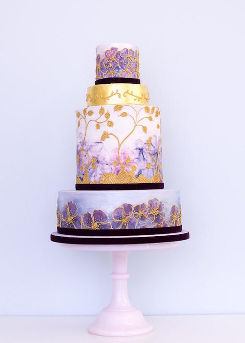 [Caption] Chiếc bánh với sắc màu nhẹ nhàng, chỉ điểm chút màu vàng đồng để tạo điểm nhấn.