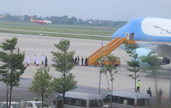 Đội danh dự đã xếp hàng dưới chân chuyên cơ, chuẩn bị lễ tiễn Tổng thống Obama rời Hà Nội. Ảnh: Bá Đô.
