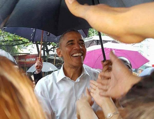 Đông đảo người dân đưa tay về phía Tổng thống Mỹ. Ông lần lượt bắt tay, miệng luôn nở nụ cười.