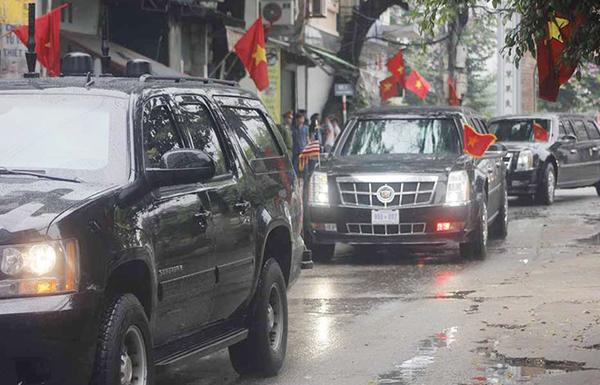 Trên đường tới sân bay Nội Bài, đoàn xe của Tổng thống đã dừng trước cổng làng Mễ Trì để tìm mua đặc sản cốm.
