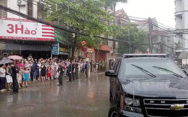 Trong cơn mưa nặng hạt, ông vẫn ghé cổng làng Mễ Trì Hạ.