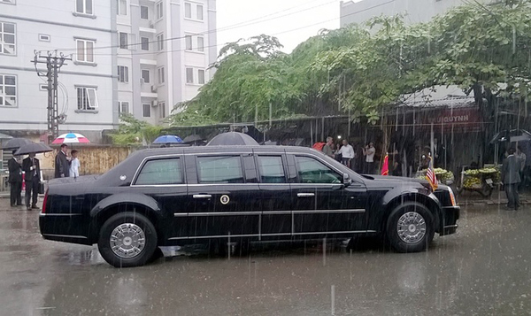 Cơn mưa nặng hạt khiến cả đoàn vào trú tạm trong chiếc lán bán hàng nước bên hè đường. Ông Obama đã vào hỏi han chủ quán nước và đề nghị chụp ảnh lưu niệm.