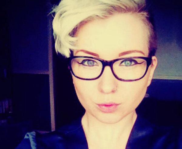 Charlotte Malley sợ bị bạn bè, gia đình chối bỏ nếu thú nhận mình là les. Ảnh: .pinknews
