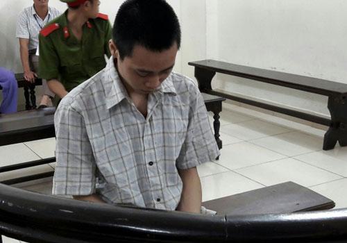 Bị cáo Thắng cúi gằm mặt trước vành móng ngựa trong phiên tòa.