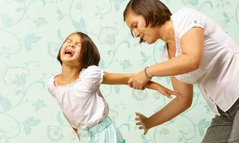 5 thói quen từ bố mẹ khuyến khích tính xấu của trẻ phát triển
