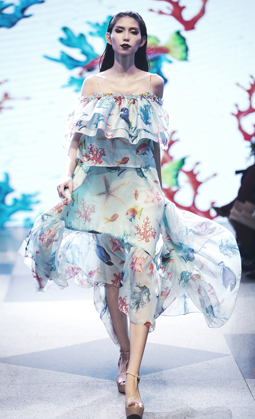 diem-huong-dua-con-trai-len-san-catwalk-3