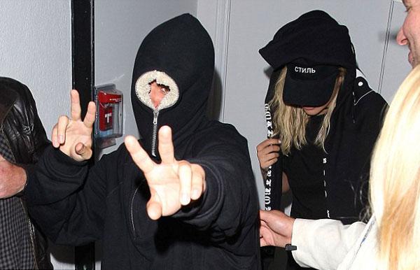 justin-bieber-bit-kin-nhu-ninja-khi-toi-hop-dem-6