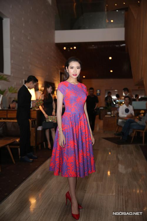 Thúy Vân tươi trẻ với váy in họa tiết hoa cúc khi đến cổ vũ cho show diễn xuân hè 2016 của Đỗ Mạnh Cường.