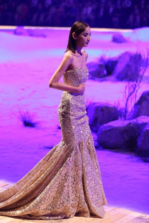 Váy dạ hội đuôi cá dài đã khiến Lê Thúy lúng túng trên sàn catwalk trong quá trình biểu diễn.