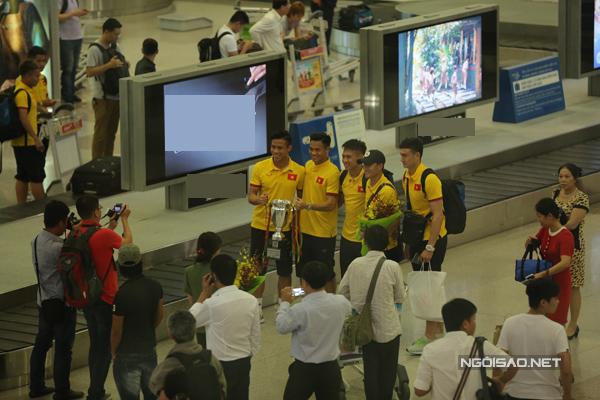 Khoảng 15h30 chiều 7/6, đội tuyển bóng đá Việt Nam về đến sân bay Tân Sơn Nhất (TP HCM) sau chuyến sang Myanmar tham dự giải tứ hùng.