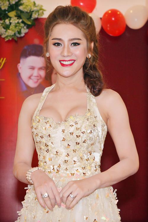 lam-chi-khanh-khoe-nguc-day-sexy-trong-su-kien-1