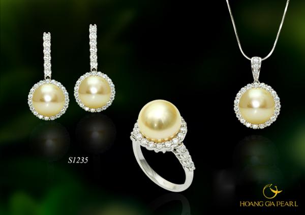 Xu hướng thiết kế tối giản thiên về tính mộc tinh tế được thể hiện đẳng cấp qua ánh ngọc trai South Sea ánh vàng kim quý vương giả