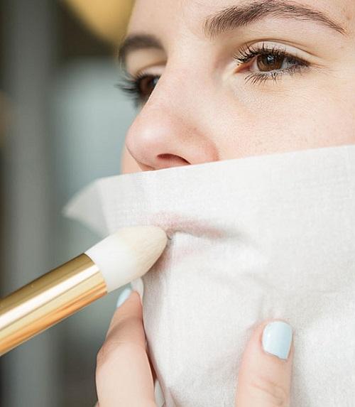 Dùng phấn phủ để giữ son môi cả ngày Sau khi tô xong son môi, bạn dùng khăn giấy đắp lên môi và tán phấn phủ không màu lên bề mặt giấy. Tương tự như da mặt, phấn phủ sẽ có tác dụng giữ son môi lâu cho cả ngày.