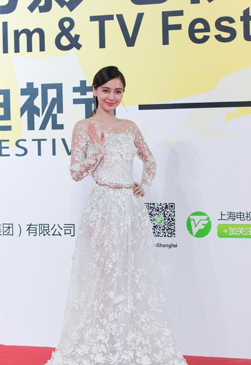 Vợ yêu của Huỳnh Hiểu Minh điệu đà trong một thiết kế ren xuyên thấu.