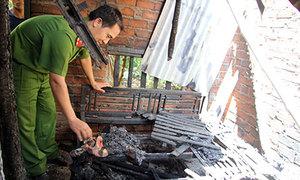 Tưới xăng đốt cả nhà vì bị cấm yêu em vợ 13 tuổi