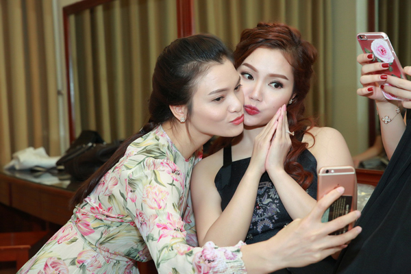 con-gai-ngoc-anh-ung-ho-me-trong-liveshow-3