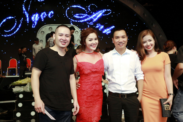 con-gai-ngoc-anh-ung-ho-me-trong-liveshow-5