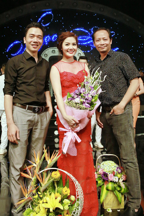 con-gai-ngoc-anh-ung-ho-me-trong-liveshow-6