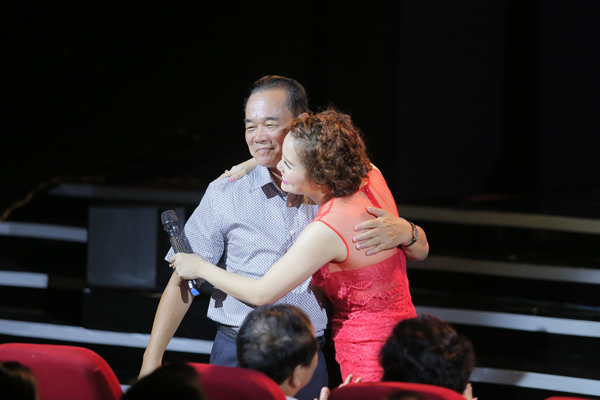 con-gai-ngoc-anh-ung-ho-me-trong-liveshow-4