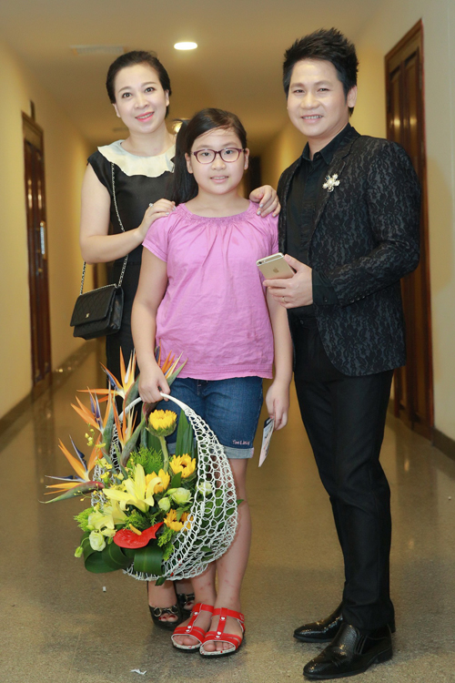 con-gai-ngoc-anh-ung-ho-me-trong-liveshow-7