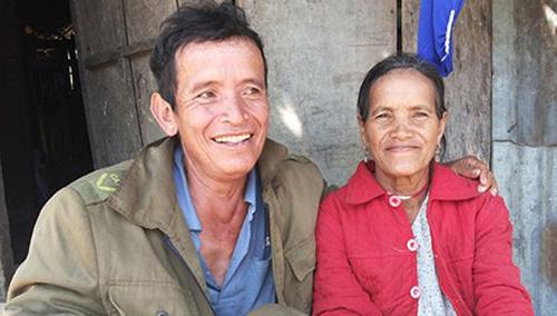 Cặp vợ già, chồng trẻ Y Noang và A Giỗ. Mặc dù chênh lệch tuổi nhưng những cặp vợ chồng người Mơ Nâm vẫn sống hạnh phúc.