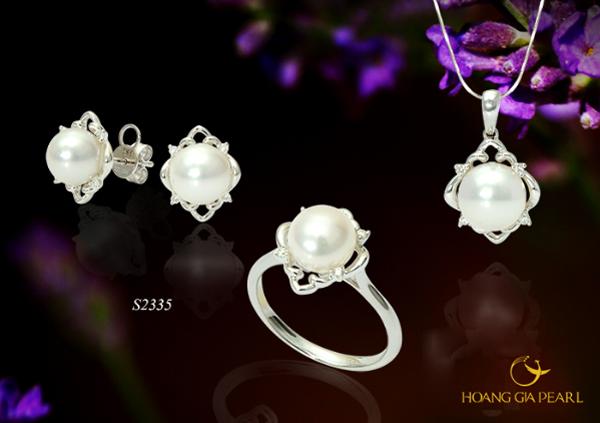 Ngọc Trai Akoya trắng ánh hồng rạng rỡ nét đẹp tươi sáng thanh lịch cùng chất liệu vàng trắng đính kim cương lấp lánh.